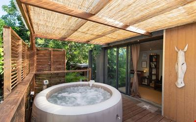 Bungalow with summer kitchen and jacuzzi