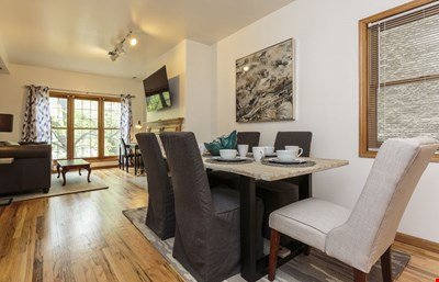 Local Chicago Living 6 Bed- Minutes to Everything!