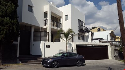 Beautiful House In A Residential Neighborhood/ Hermosa casa en zona residencial