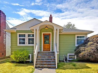 Beautiful Alki Beach Home 10 Min to city of Seattle/20 From SeaTac Airport