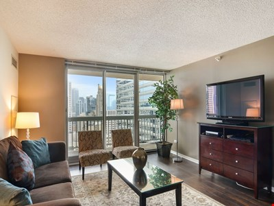 32nd Floor with Balcony and Great Views - 2 bedroom in Magnificent Mile