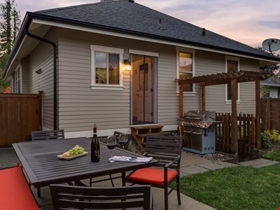Belvidere Location! West Seattle Cottage- Cozy-Comfy-Fenced yard!