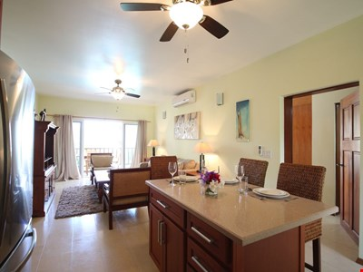 """Shoal Bay #1 Beach by """"Refined Retreats""""~King Bed~Full Kitchen~Tropical Poolside Views!"""
