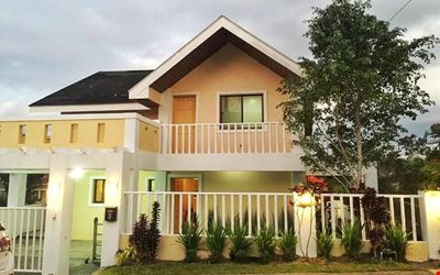 "TAGAYTAY 2 br staycation w/ 1 king, 2 queen & 50"" HDtv"